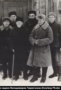 Зиновій Карась (по центру) з табірними товаришами