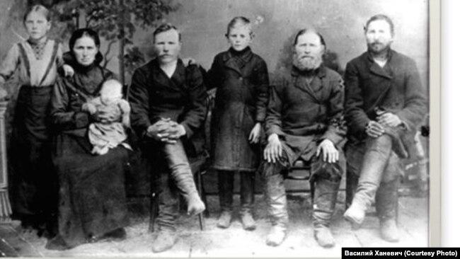 Семья Симахиных, Николай – третий слева. 1917 год