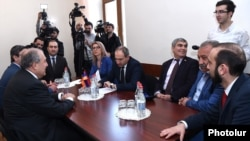 Armenia - Former Prime Minister Armen Sarkissian (L) meets with parliament deputies from the opposition Yelk alliance in Yerevan, 9 February 2018.