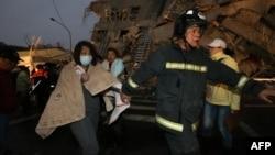 Փրկարարները փորձում են փլատակների տակից դուրս բերել վերապրածներին, Թայվան, 6-ը փետրվարի, 2016թ․