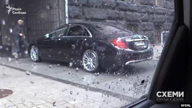 Схоже, Mercedes депутата Тищенка отримав виняткове право паркуватися на території Кабінету міністрів