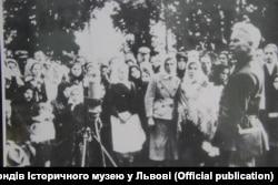 Аляксандар Даўжэнка агітуе сялян Львоўшчыны за аб'яднаньне з СССР