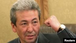 Адахан Мадумаров журналисттердин суроолоруна жооп берүүдө. Бишкек, 28-октябрь, 2011.