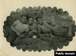 Наріман Гафаров (зліва) з друзями на привалі. Марійська АРСР, ділянка 52, 1953 рік