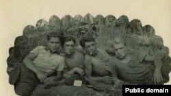 Нариман Гафаров (слева) с друзьями на привале. Марийская АССР, участок 52, 1953 год