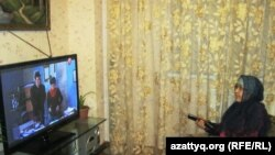 Мейрамгүл Сарқұлова үйінде теледидар көріп отыр. Алматы, 18 наурыз 2014 жыл.