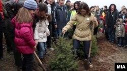 Вицепремиерот и министер за финансии Зоран Ставрески и министерката за внатрешни работи Гордана Јанкулоска садат дрвја.