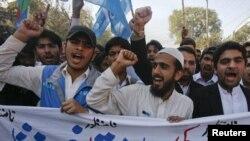 пакистанские студенты участвуют в акции протеста против США