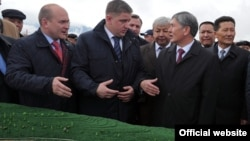 Kyrgyz President Almazbek Atambaev (right) talks with the president of the Russian company RusHydro at the opening ceremony of the capsule for a future hydropower plant on the Naryn River in October 2012.