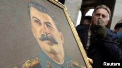 Demonstrant drži portret Staljina