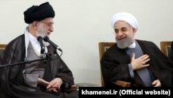 Иран президенті Хасан Роухани (оң жақта) және аятолла Хаманеи. Тегеран, 14 шілде 2015 жыл.