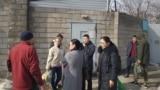 Әкімшілік қамауда отырған жақындарына тамақ әкелген адамдар. Алматы, 24 ақпан 2020 жыл.