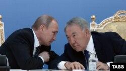 Президент России Владимир Путин беседует с президентом Казахстана Нурсултаном Назарбаевым во время их встречи в Атырау, 30 сентября 2014 года.
