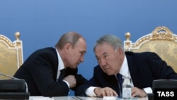 Президент России Владимир Путин и президент Казахстана Нурсултан Назарбаев на форуме в Атырау. 30 сентября 2014 года.