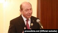 """Fostul președinte Traian Băsescu după înmânarea ordinului """"Ștefan cel Mare"""" de către președintele Nicolae Timofti, aprilie 2015, Chișinău"""
