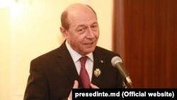 """Fostul președinte al României Traian Băsescu, decorat cu ordinul """"Ștefan cel Mare"""" de către președintele R.Moldova, Nicolae Timofti, aprilie 2015"""