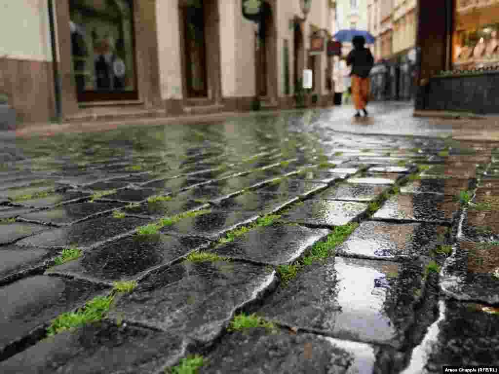Праз брук на некалі самых людных вуліцах Старога гораду прарасла трава. Тут пару месяцаў не ступала нага турыста.