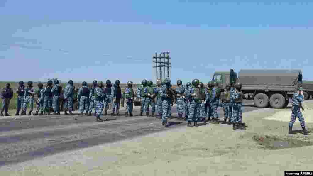 Чтобы увидеть своего лидера, крымскотатарским активистам пришлось столкнуться с вооруженной «живой цепью» бойцов российского спецназа ОМОН, которые были направлены на «Турецкий вал» для контролирования ситуации. Туда также стянули тяжелую военную технику