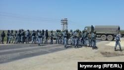 Российские силовики встречают крымских татар в Армянске, 3 мая 2014 года