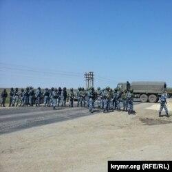 Ukraine - ОМОН встречает крымских татар в Армянске, 03May