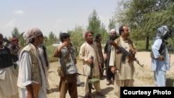 Civilë afganë të armatosur që kanë luftuar kundër talibanëve në provincën Logar