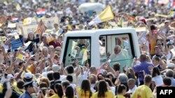 Колоната со Папата поминува низ толпата верници на загребскиот хиподром