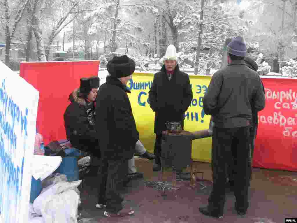 Бирок шаардык санитардык-экологиялык кызматы менен милиция бүгүн алардын мешин алып кеткенге аракет кылышты. - Kyrgyzstan -- Several Staffers of UTRK Start Hunger Strike Action Demanding To Dismiss the Director of UTRK Amidst Growing Demands To Reform the UTRK as a Public,18dec08