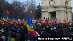 Участники акции протеста в центре столицы Молдавии