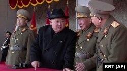 رهبر کره شمالی در جریان رژه ارتش آن کشور؛ ۱۹ بهمن