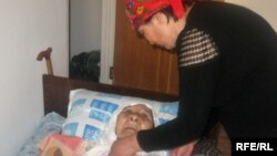Сахан Досоваға үй берілді, бірақ кейуана сол үйге кірген күні жамбасын жаралап алды. Қарағанды, сәуір, 2009 жыл.