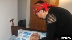 130-летняя долгожителница Сахан Досова теперь не может передвигаться - ей прописали постельный режим. Караганда, апрель, 2009 года.