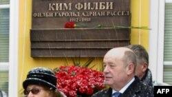La dezvelirea unei plăci memoriale în amintirea lui Kim Philby pe zidul sediului Serviciului secret rus în 2010 (AFP photo/HO/Russian Foreign Intelligence Service)
