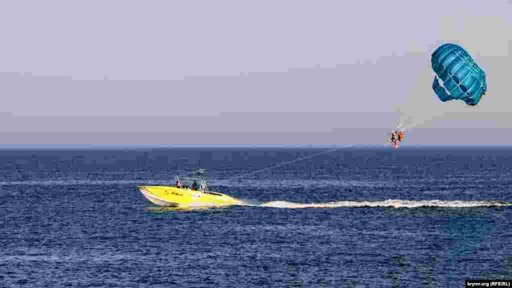 У приморських містах і районах півострова в самому розпалі туристичний сезон. Алушта стала одним з популярних напрямків серед курортників із сусідньої Росії