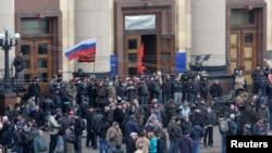 Проросійські активісти біля Харківської ОДА, 7 квітня 2014 року