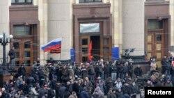 Харьков облыстық әкімшілігі маңында тұрған ресейшіл демонстранттар. 7 сәуір 2014 жыл.