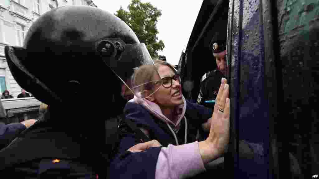 Белгілі оппозиция белсендісі Любовь Собольды полиция акция басталмай тұрып кеңсесі алдында ұстап алып кетті. Соболь бұған дейін өзін жергілікті сайлауға жіберуін талап етіп, аштық жариялаған.
