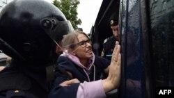 Полицаи арестуват опозиционната активистка Любов Собол