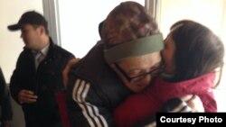 Пастор церкви «Благодать» Бахтжан Кашкумбаев (в очках), вышедший из СИЗО Астаны, обнимает жену за несколько минут до своего повторного ареста. Астана, 8 октября 2013 года.