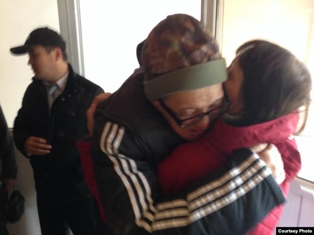 Пастор Бахтжан Кашкумбаев, вышедший из СИЗО Астаны, обнимает жену. Астана, 8 октября 2013 года.