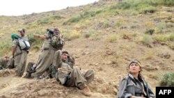 مقاتلون من بي كي كي خلال انسحابهم من الاراضي التركية