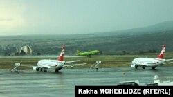 Лайнер российской авиакомпании S7 в тбилисском аэропорту (архив)