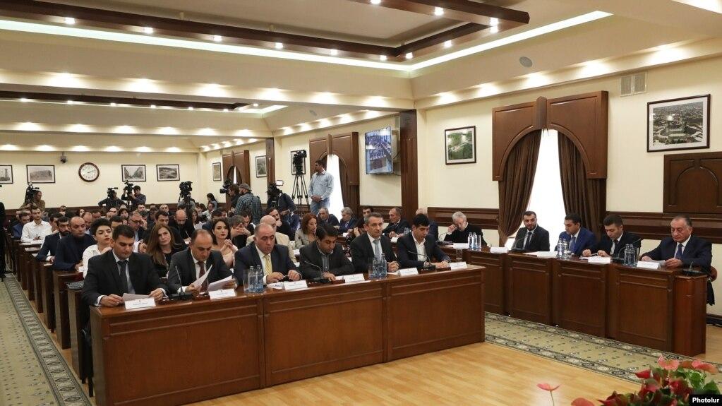 На заседании Совета старейшин Еревана обсуждался вопрос использования парковочных мест