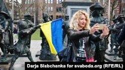 Во время акции в столице Нидерландов в поддержку Соглашения об ассоциации Украины и Евросоюза. Амстердам, 3 апреля 2016 года