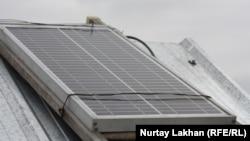 Солнечная батарея на крыше частного дома. Село Жалгамыс Алматинской области, 30 марта 2013 года.