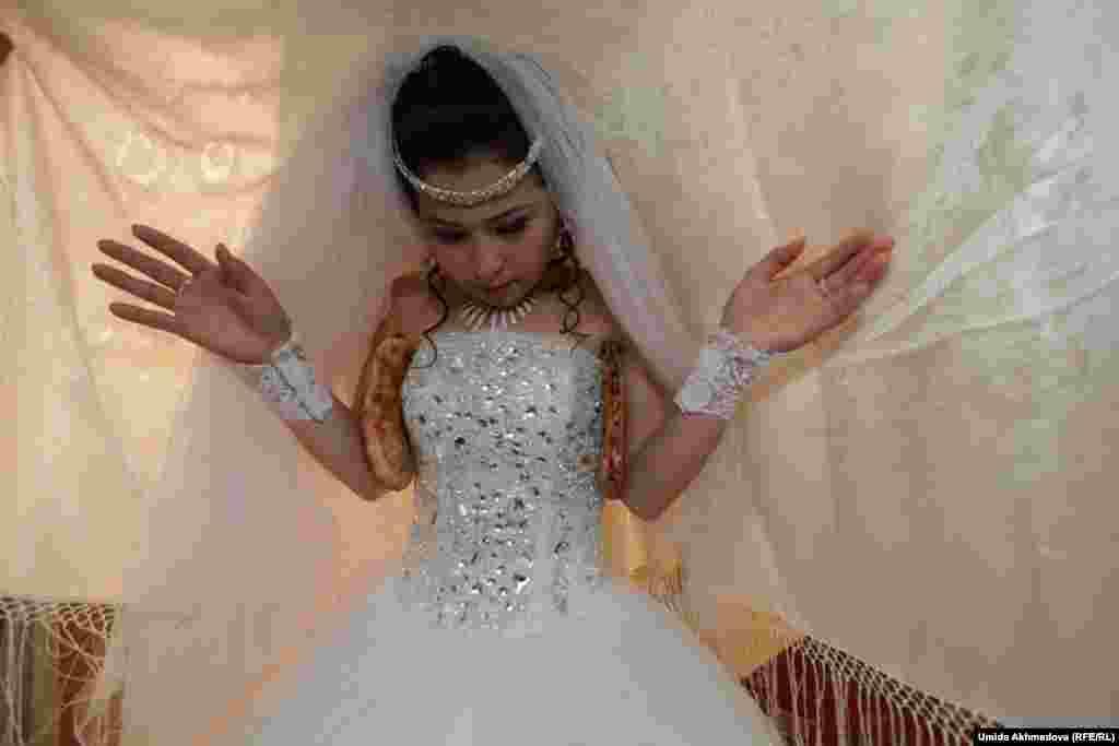 Перед тем как начать «бет ашар» (обряд, во время которого открывают лицо невесты, она прибывает в дом жениха с накидкой на голове), женщины дали Аякоз две лепешки.