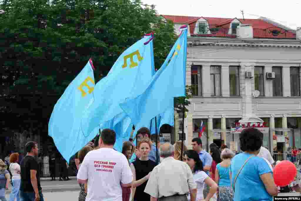 Співробітники республіканського комітету міжнаціональних відносин на святкуванні.