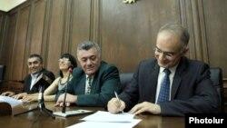 Руководители четырех неправящих парламентских фракций подписывают текст выдвигаемых правительству 12 требований, 10 июня 2014 г․