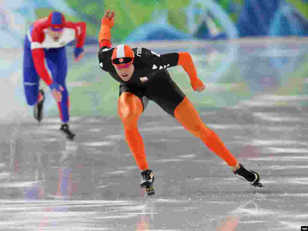 اسکیت سرعت مردان - Caption: epa02039096 Simon Kuipers (R) of Netherlands and Yevgeny Lalenkov of Russia in action during Men's 1000m Speed Skating event at the Richmond Olympic Oval for the Vancouver 2010 Olympic Games, in Richmond, Vancouver, Canada