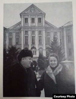 З жонкай Марыяй каля Нясьвіскага замку