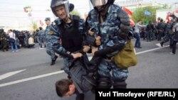 Задержание одного из участников митинга 6 мая на Болотной площади